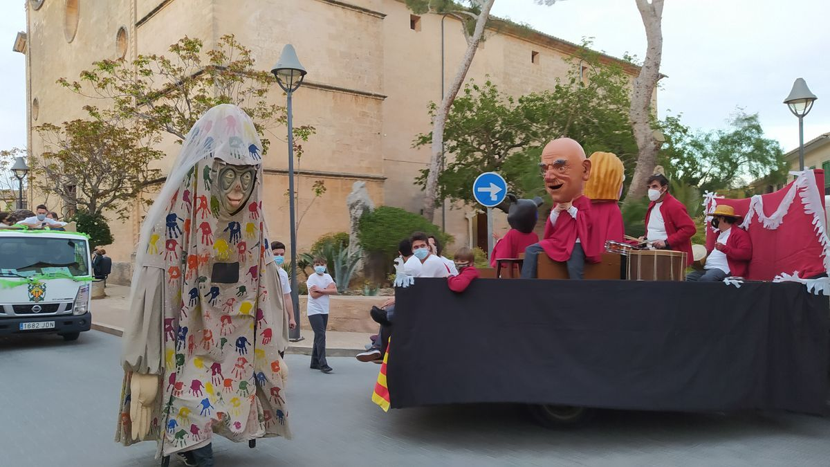 Imagen del pasacalles de 'gegants' por las calles de Santa Maria.