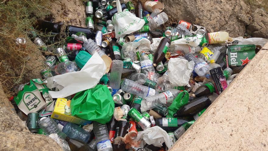 La basura de los botellones se acumula en el cauce del río de Lorca