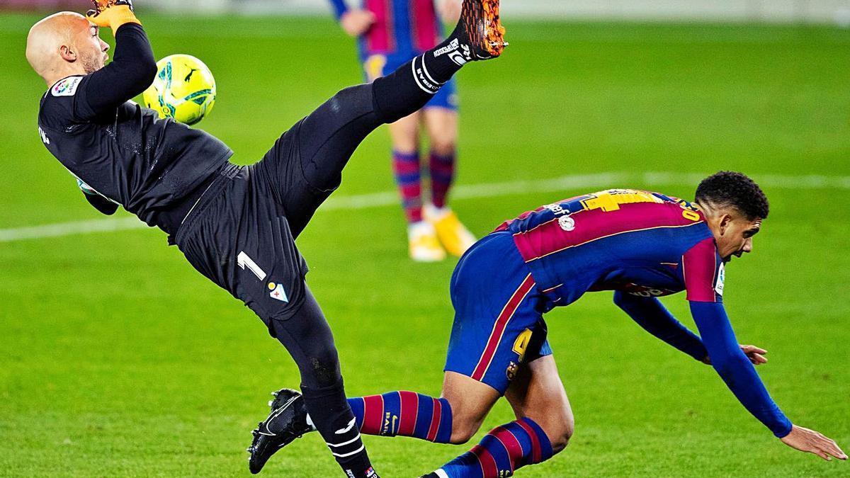 Dmitrovic y Araújo caen al suelo tras un encontronazo.    // ALEJANDRO GARCÍA