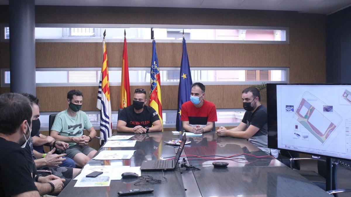 Reunión  entre responsables municipales y representantes de los clubes que serán usuarios principales de este recinto.