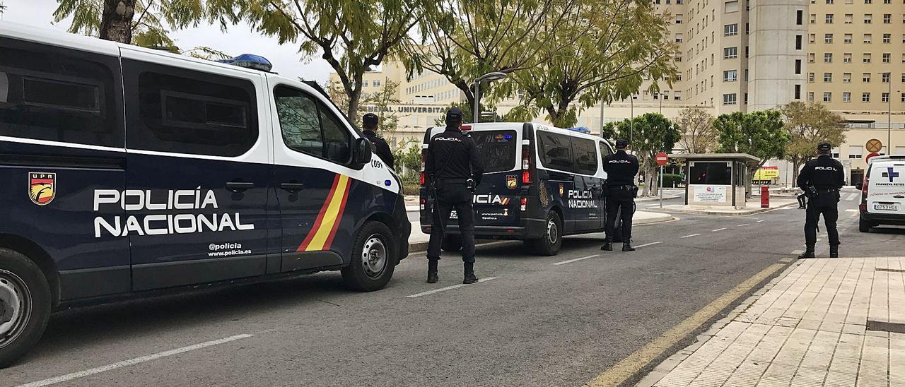 Despliegue de la Policía Nacional en los accesos al Hospital General de Alicante. | INFORMACIÓN