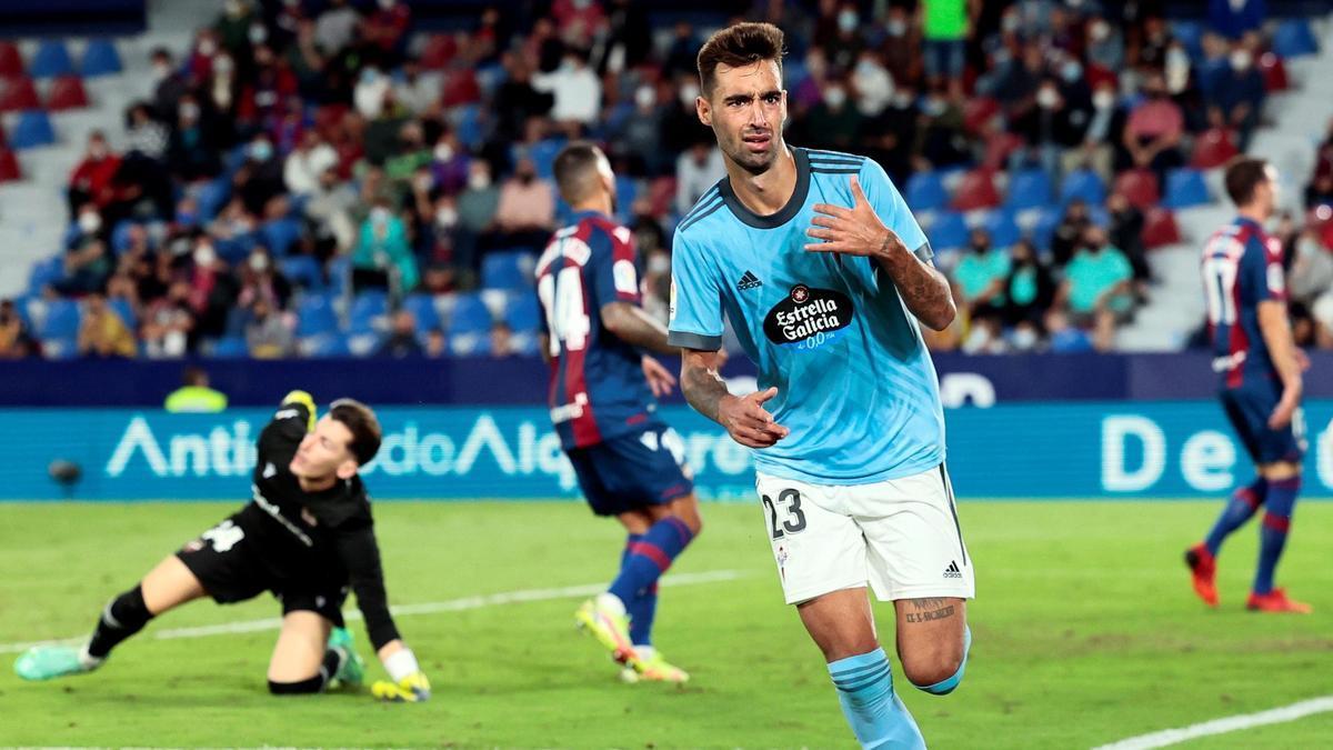 Celta's player, Brais Méndez, celebrates the second goal scored against Levante.