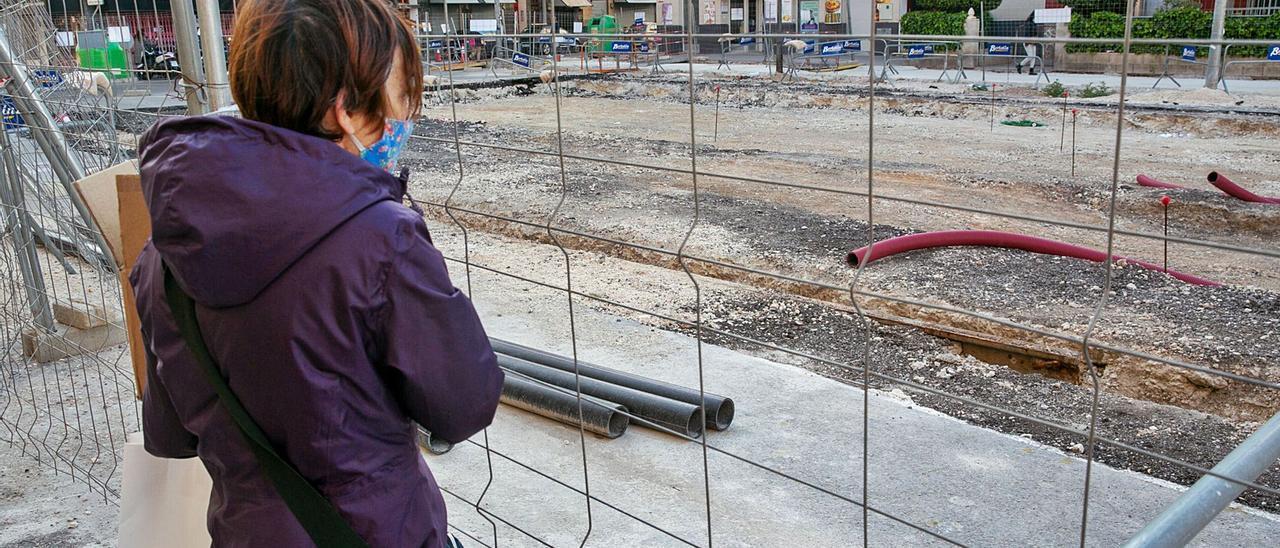 La obra en Padre Esplá permite que afloren vías del antiguo tranvía ocultas en el asfalto, que el Ayuntamiento pretende conservar para mantener viva la historia.