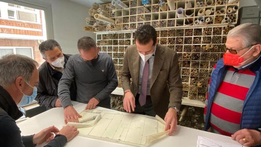 El alcalde de Elda visita la ingeniería Amat y Maestre tras alcanzar los 18.000 proyectos