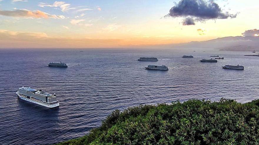 La zona de fondeo del  Puerto de Santa Cruz de Tenerife acoge seis cruceros