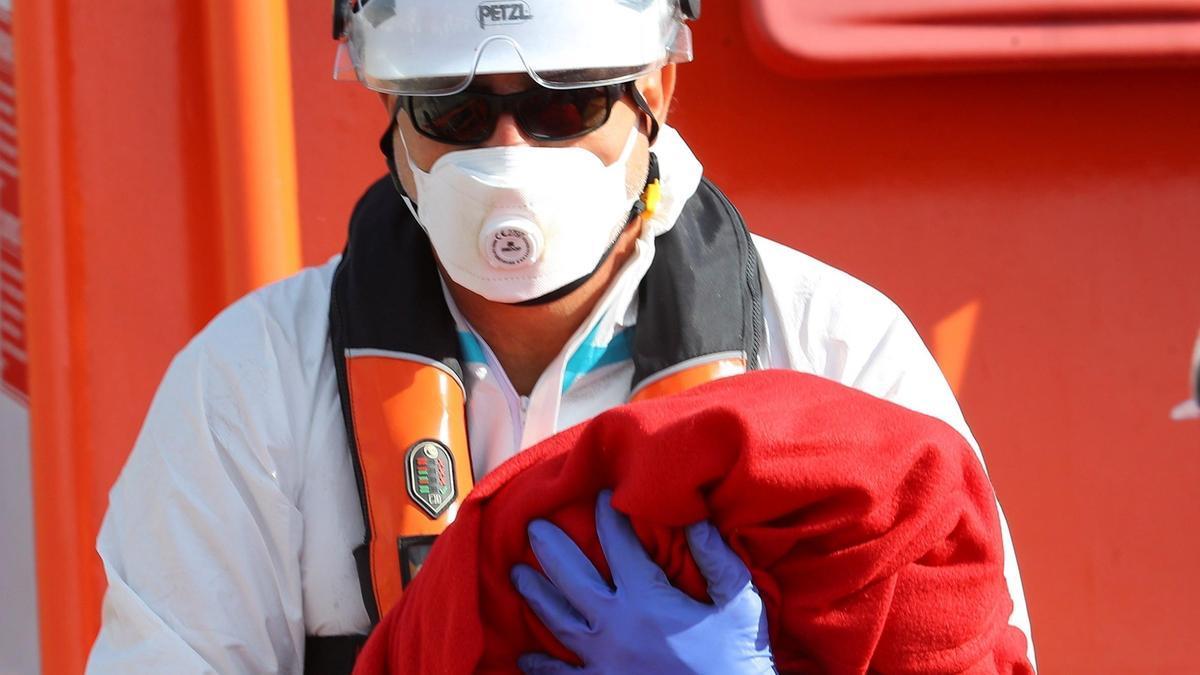 Salvamento Marítimo rescata en Gran Canaria a un bebé recién nacido en su patera