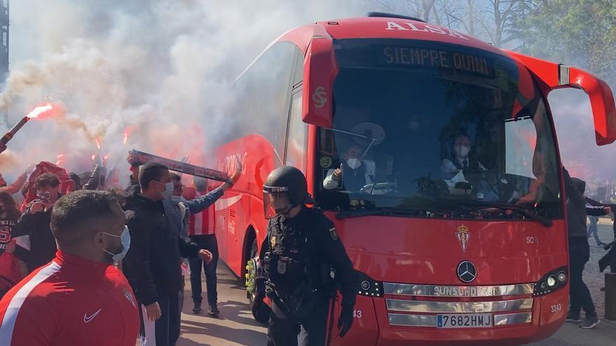 Más de 300 aficionados rojiblancos recibieron al Sporting en los aledaños de El Molinón