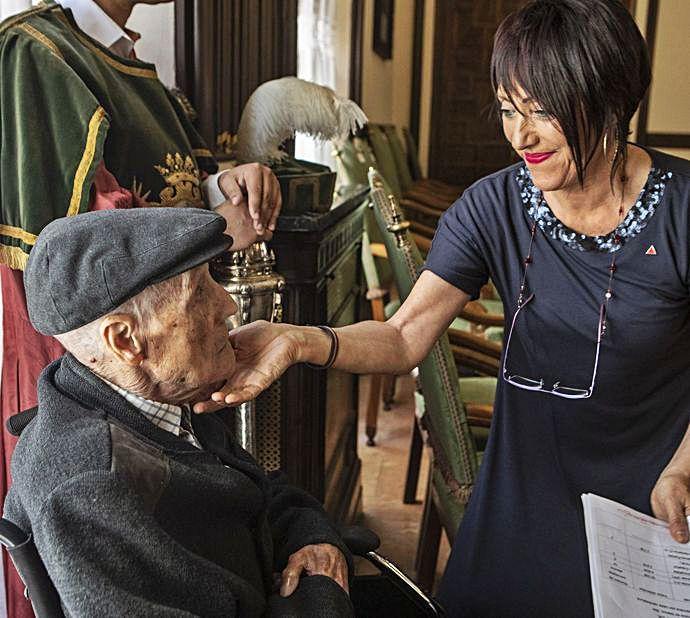 Concha Rosales saluda al histórico militante. | E. Fraile
