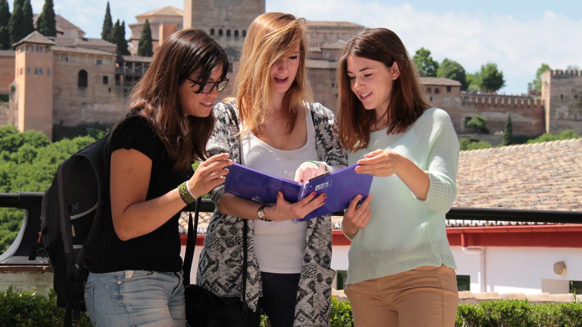 Esstudiantes Erasmus en Granada en una imagen de archivo.
