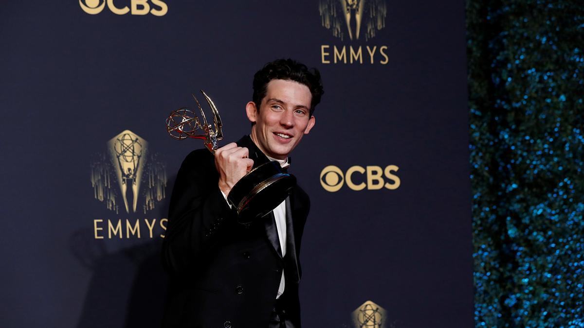 """Josh O'Connor, con el premio al mejor actor por su papel en """"The Crown"""""""