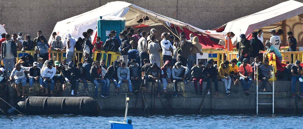 Numerosos migrantes hacinados en el muelle de Arguineguín, durante el pasado mes de noviembre.