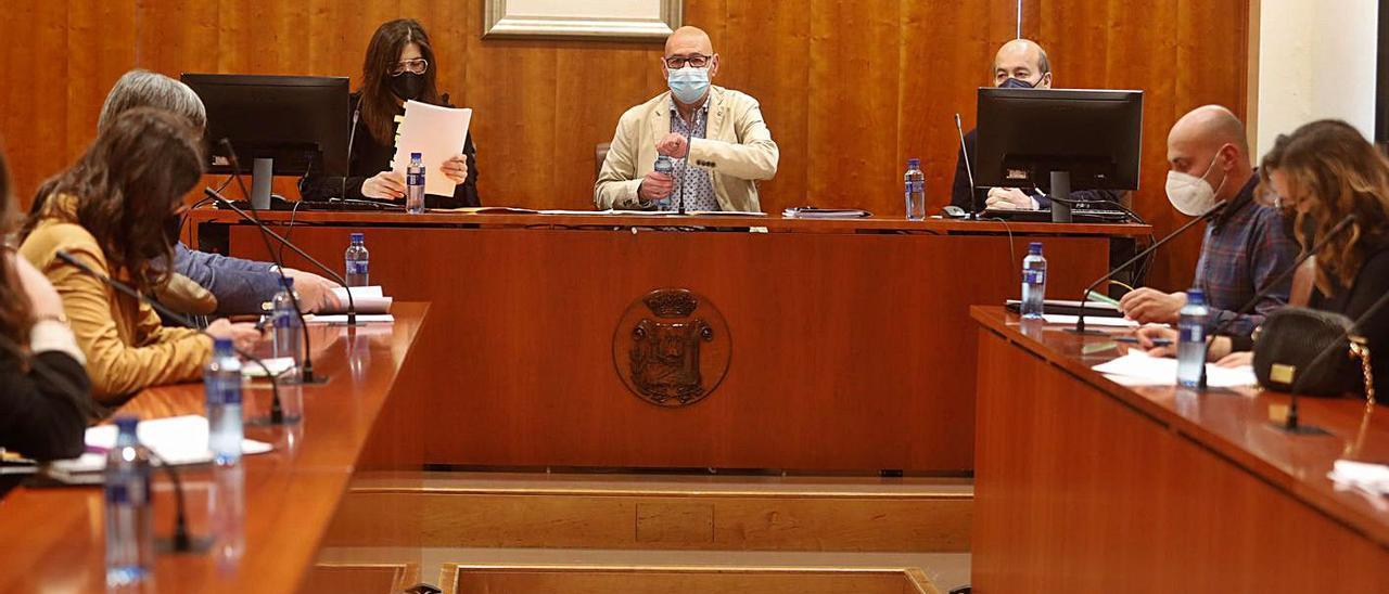 Integrantes del Consorcio del ARA, en la reunión celebrada el mes pasado en el salón de plenos del Ayuntamiento de Avilés.