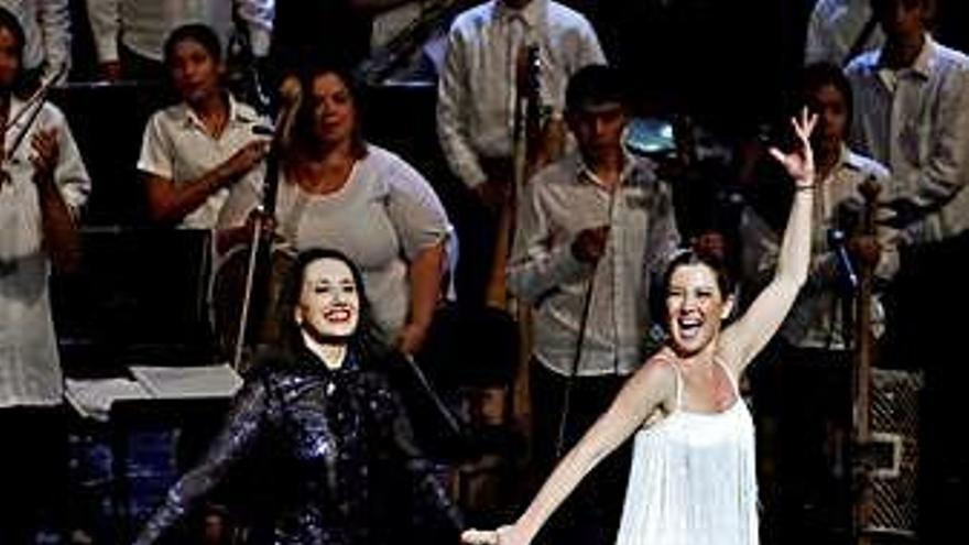 Luz Casal y Sara Baras, en un concierto solidario con la Orquesta de Cateura