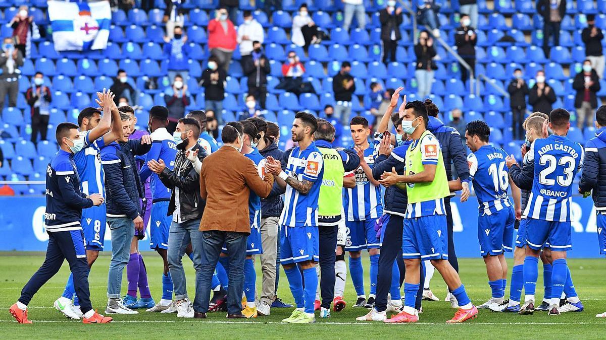 Los jugadores deportivistas, tras el partido disputado en Riazor contra el Langreo. |  // VÍCTOR ECHAVE
