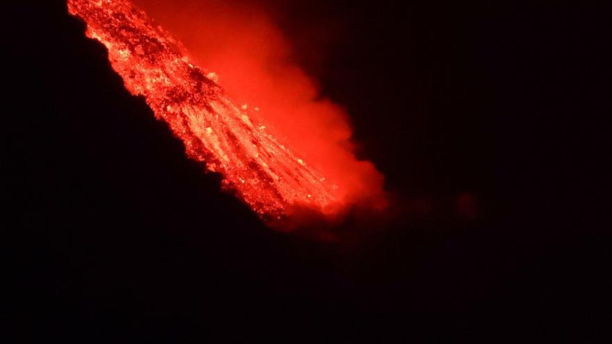 La lava de la erupción del volcán de La Palma comienza a caer al mar.
