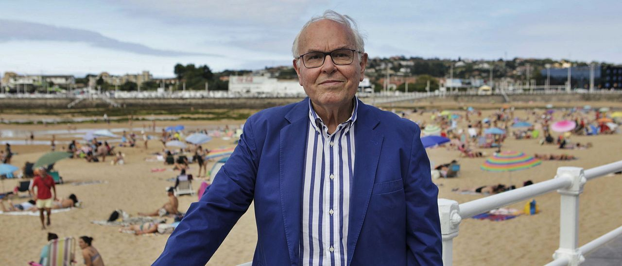 César Nombela, en la playa de San Lorenzo (Gijón).   Fernando Rodríguez