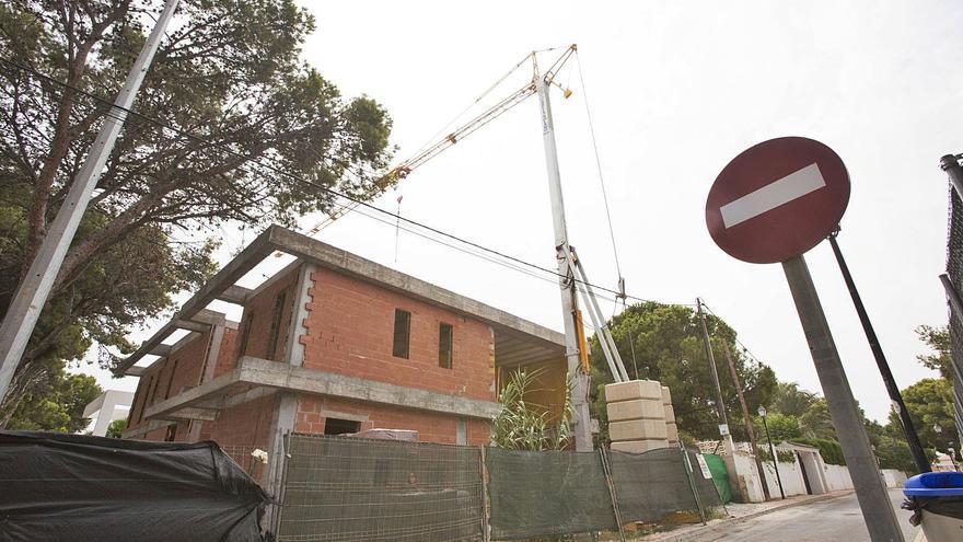 Reanudan la construcción de un chalé de lujo que El Campello paralizó por carecer de licencia de obras