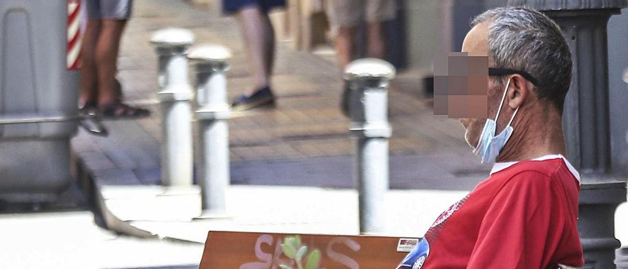En las ciudades es cada vez más frecuente ver a personas sin la mascarilla.   PILAR CORTÉS
