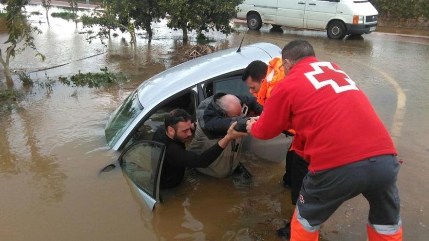 Rescatado tras quedar atrapado en su coche en Nules