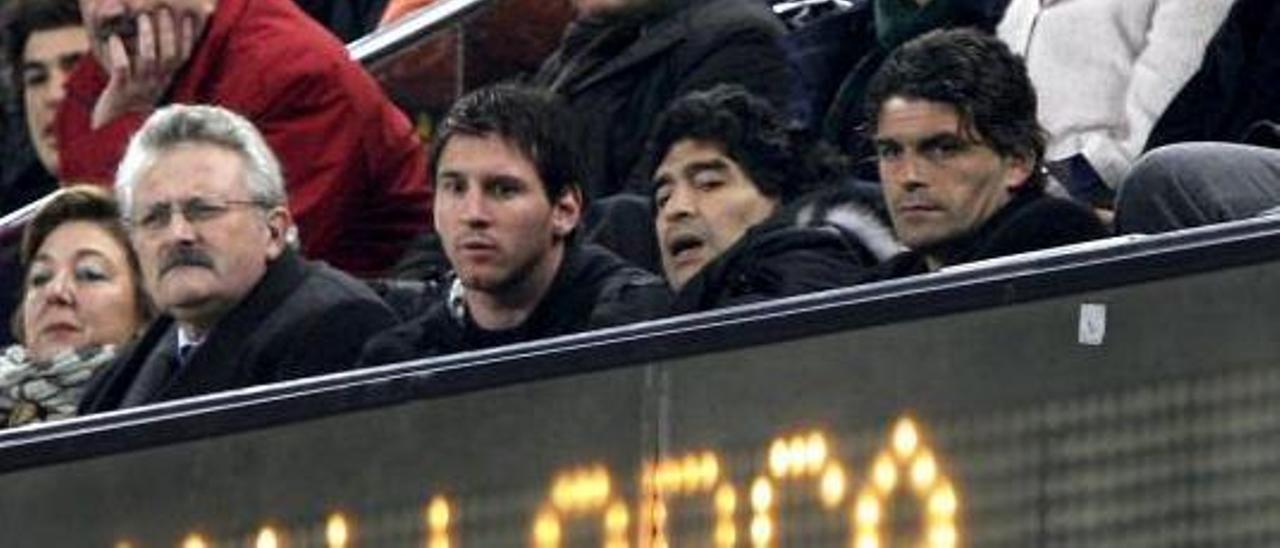 Por la izquierda, Maria Eugenia Naves junto a su esposo, Antonio Trevín; Messi, Diego Armando Maradona en el Camp Nou.   Albert Olivé / Efe