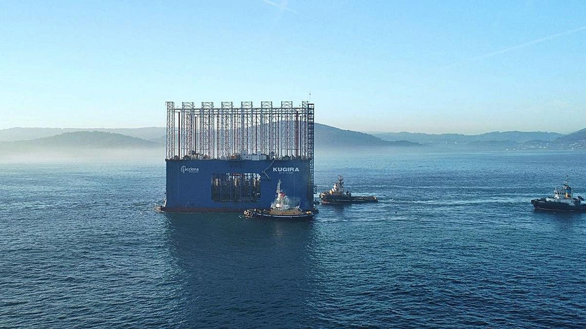 El dique cajonero 'Kugira', en las costas coruñesas rodeado de remolcadores.   | // LA OPINIÓN