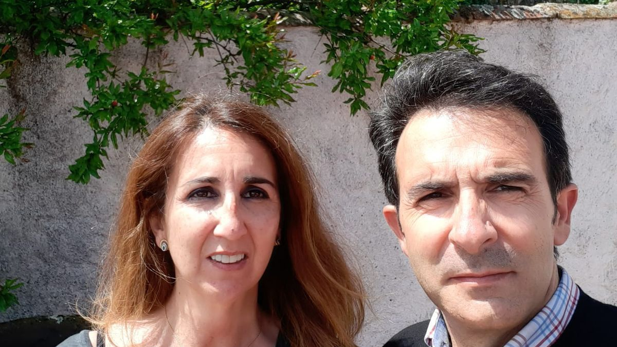 Miguel Ángel Caballero y Maribel Lázaro posan en la casa rural de Montánchez.