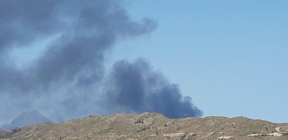 El fuego se ha declarado en la zona de residuos voluminosos y ha generado una gran columna de humo negro visible desde buena parte de la comarca.