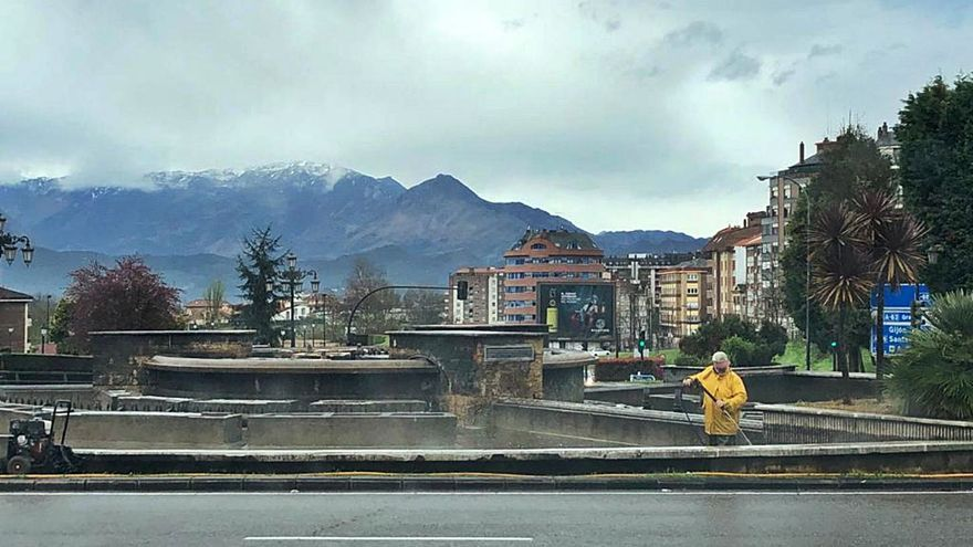 La fuente de la plaza de Castilla, apagada para su mantenimiento