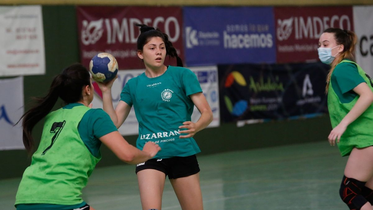 La canterana Lucía Vacas, con el balón en un entrenamiento.