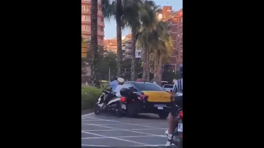 Élite Taxi denunciarà un taxista per tirar a terra intencionadament una moto amb dues persones a Travessera de Dalt