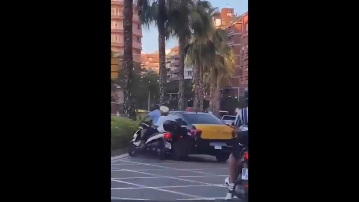Captura de pantalla del moment en que el taxi embesteix la moto