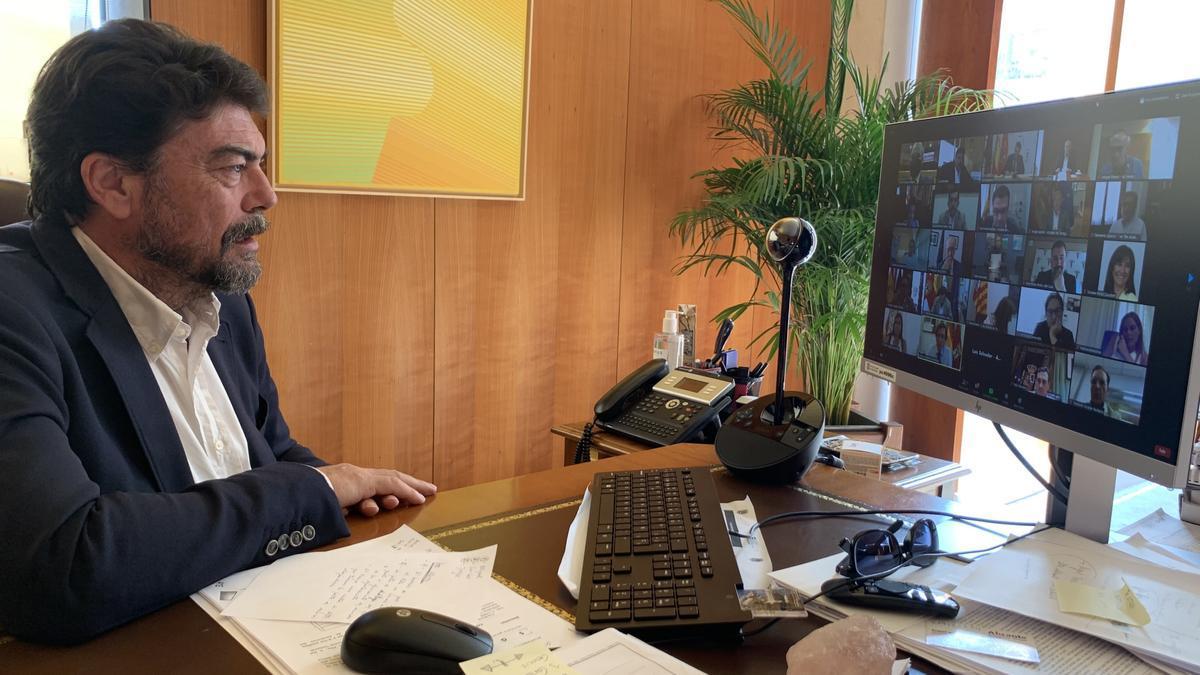 Barcala, en una reciente reunión telemática con la consellera de Sanidad, Ana Barceló