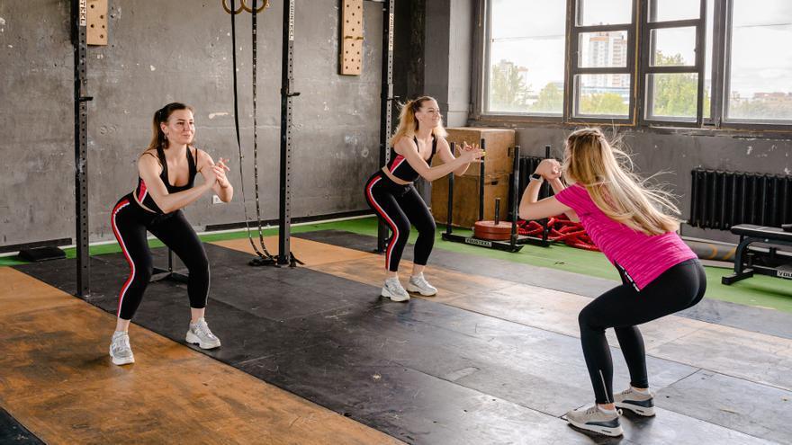 El sencillo ejercicio quemacalorías que arrasa entre los expertos y que puedes hacer sin salir de casa