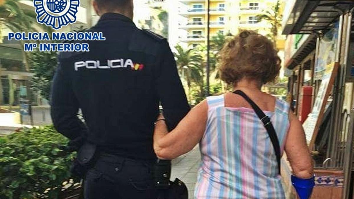 Policía nacional asiste a una mujer mayor. | | E.D.