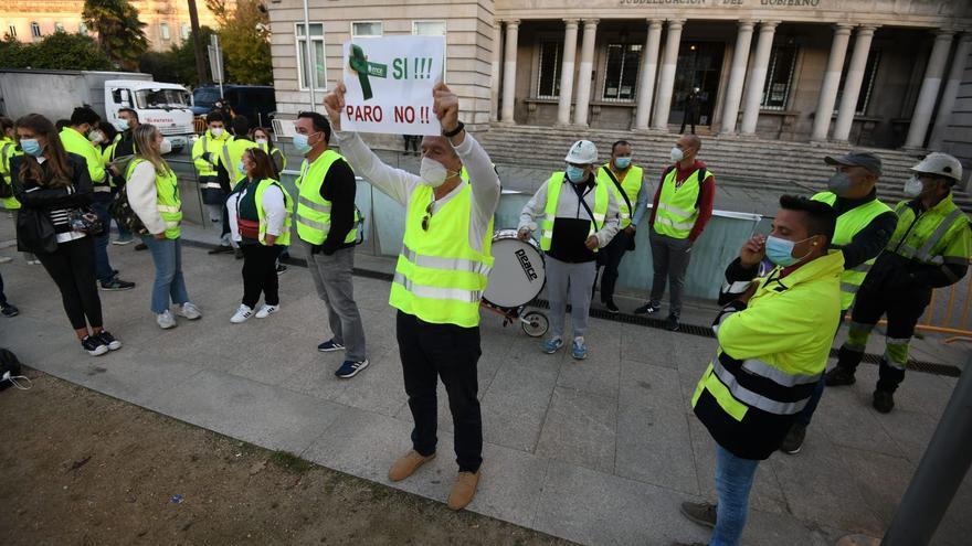Los trabajadores de Ence vuelven a apostarse frente a la Subdelegación del Gobierno