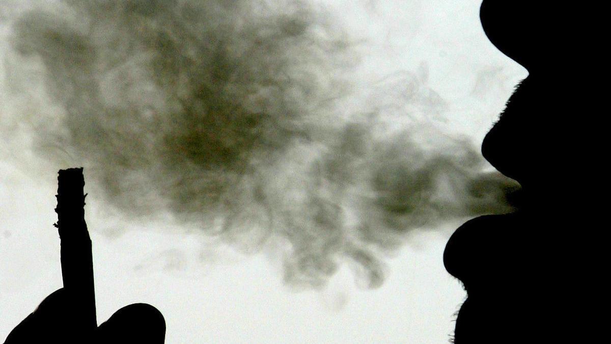 Baleares estudia si prohíbe fumar en las calles y en terrazas