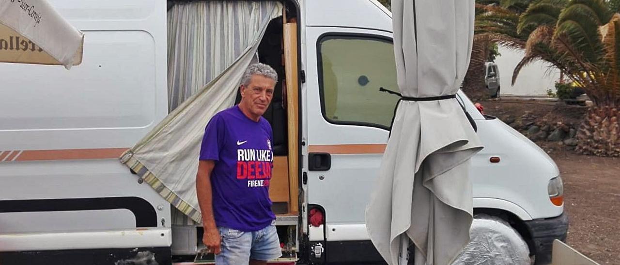 Carmelo Albelo, ayer, junto a su furgón en el que vive desde hace dos años y medio en Pozo Izquierdo,. | | LP/DLP
