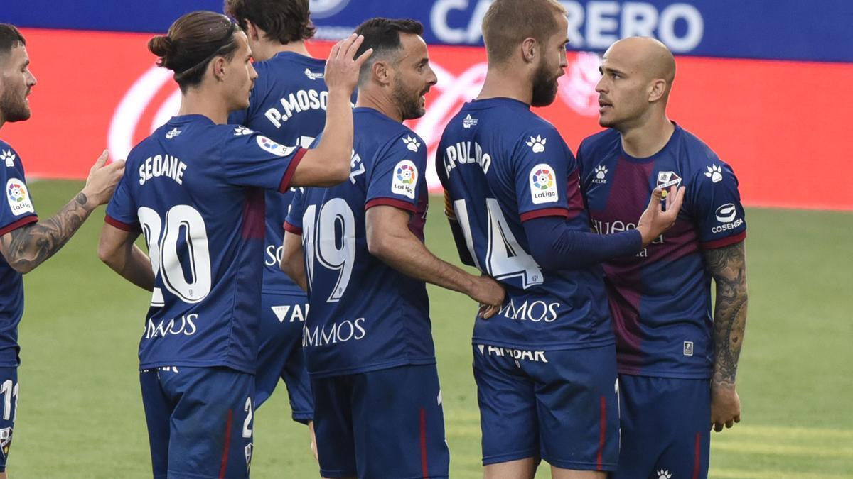 Los jugadores del Huesca celebran el gol de Sandro