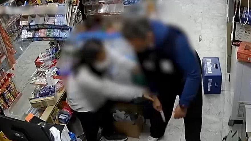 Intenta atracar una tienda y se topa con una dependienta justiciera