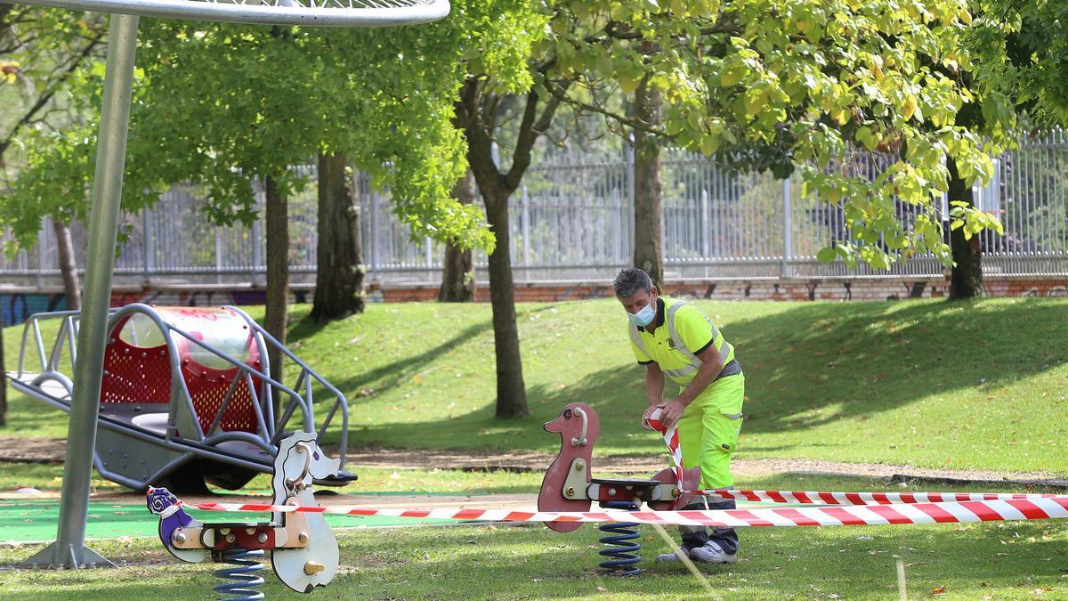Un operario trabaja en un parque infantil.