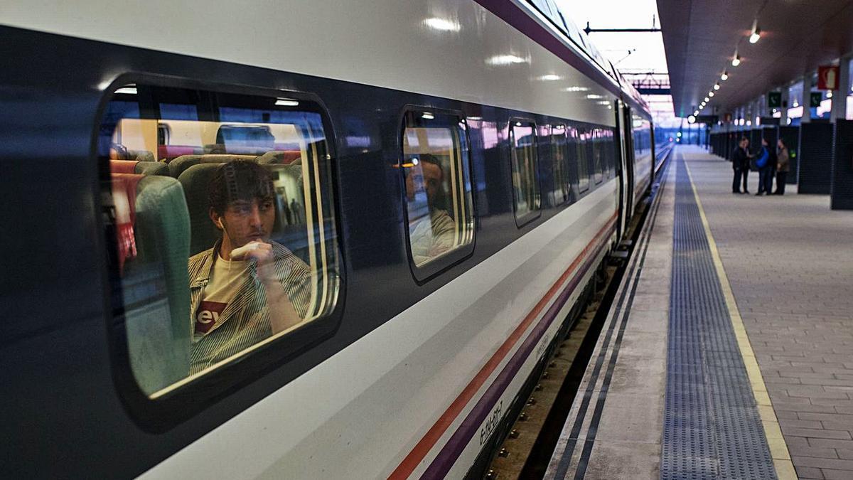 Tren madrugador en la estación de Zamora antes de su supresión.