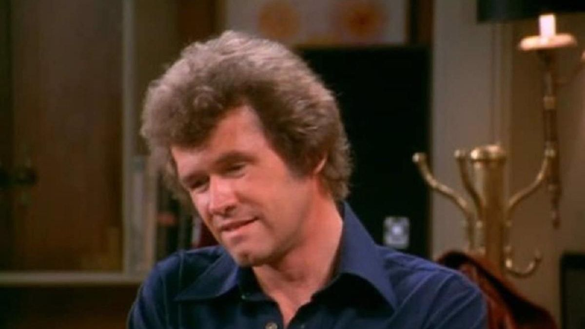 John Reilly en la serie 'La chica de la tele'.