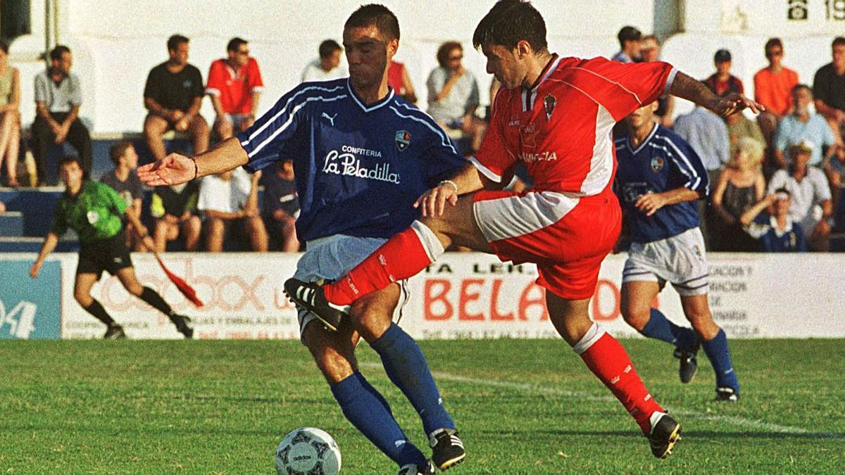Imagen de archivo entre la AD Mar Menor y el Real Murcia en el Trofeo Costa Cálida del año 2000 en El Pitín