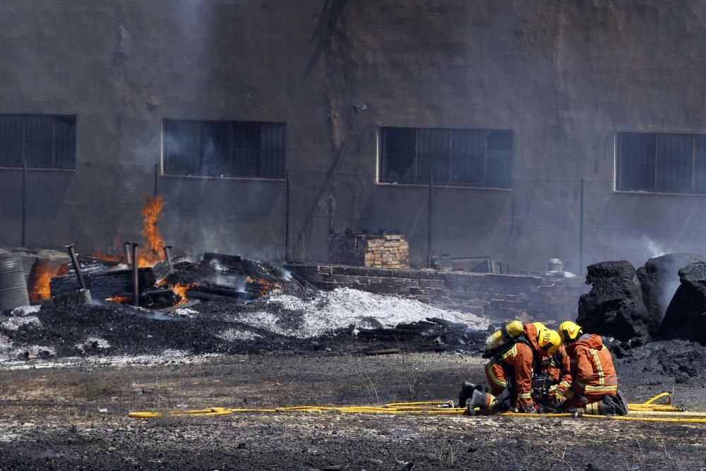 Incendio en el polígono Fuente del Jarro