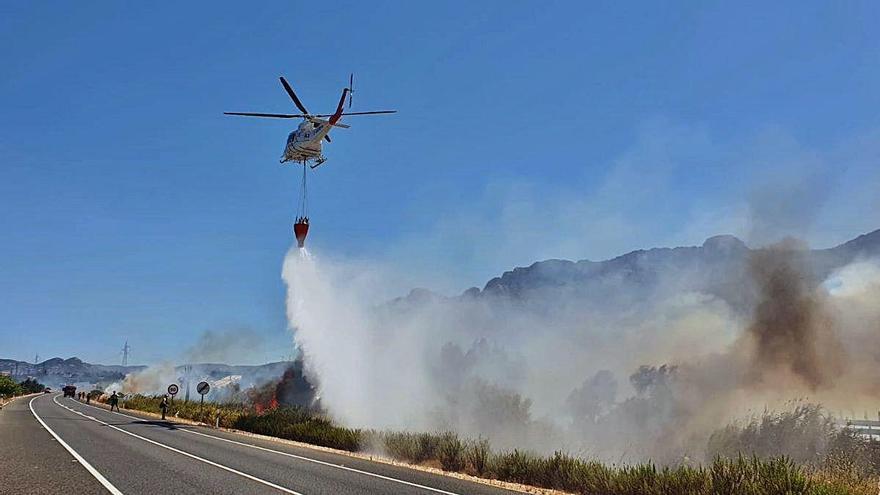 Un fuego calcina en dos horas 5 hectáreas en El Verger y salta las carreteras N-332 y AP-7