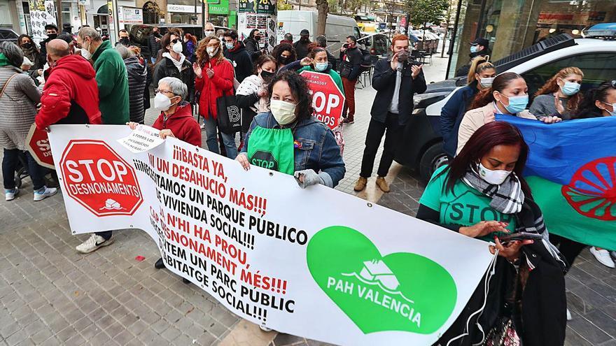 El juez aplaza dos meses  el desahucio de 38 familias de la Pobla de Vallbona