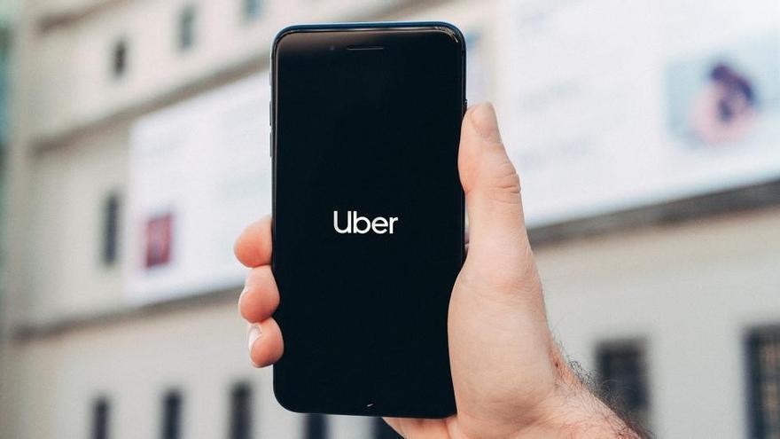 L'Autoritat de la Competència rebutja obligar a precontractar el servei d'Uber i Cabify