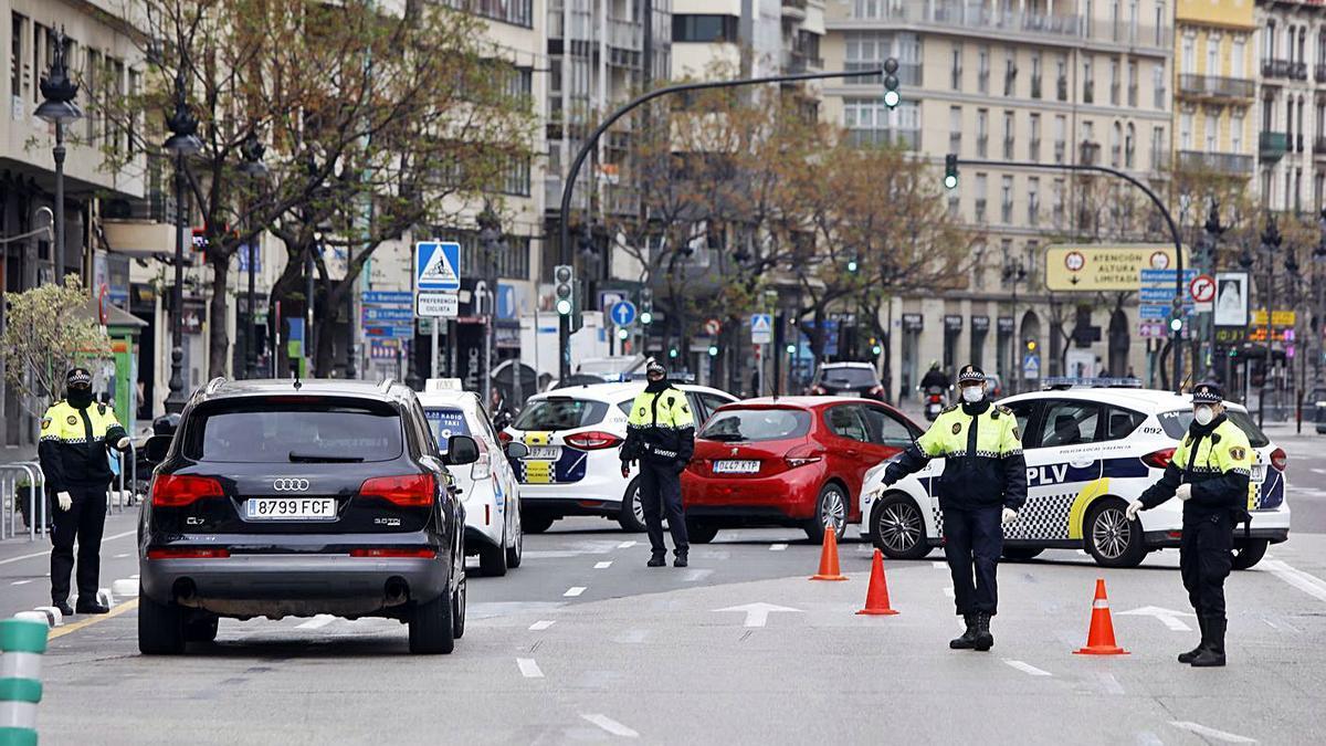 Controles policiales en las calles de València. | M.A. MONTESINOS