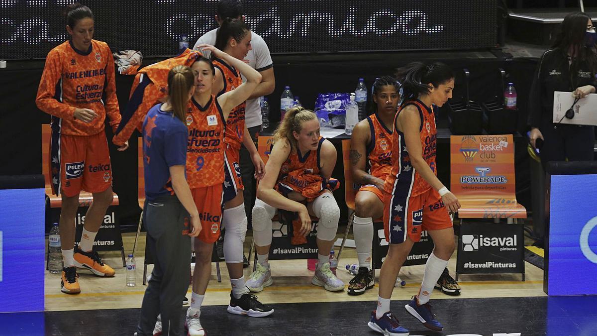 Las jugadoras del Valencia Basket, al finalizar el partido de ayer en La Fonteta.  | EDUARDO RIPOLL
