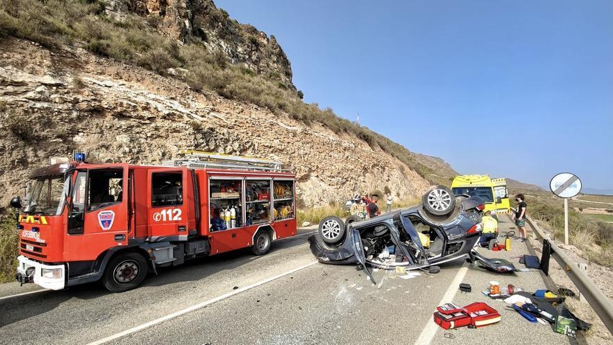 Dos heridas tras volcar con el coche en Mazarrón